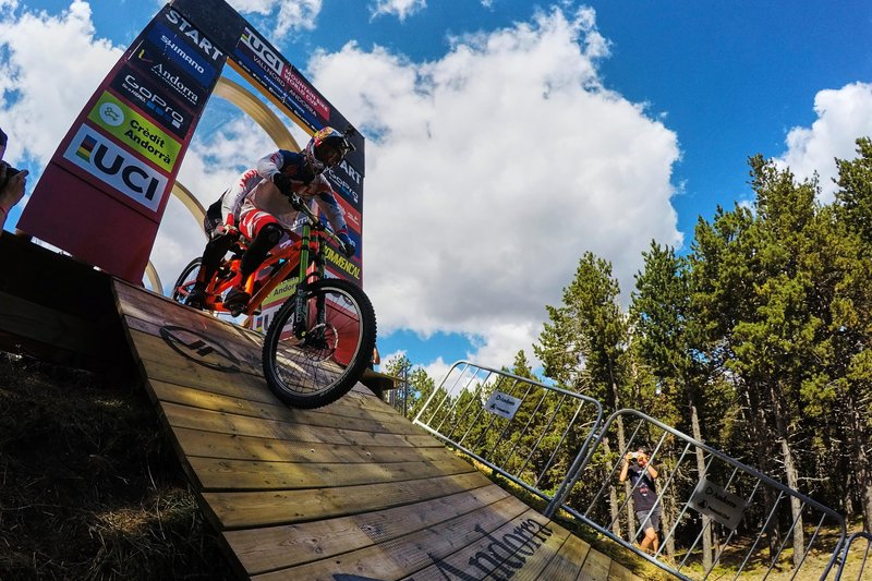 Watch Claudio Caluori and Loïc Bruni fail to ride a tandem down Vallnord -  MBR