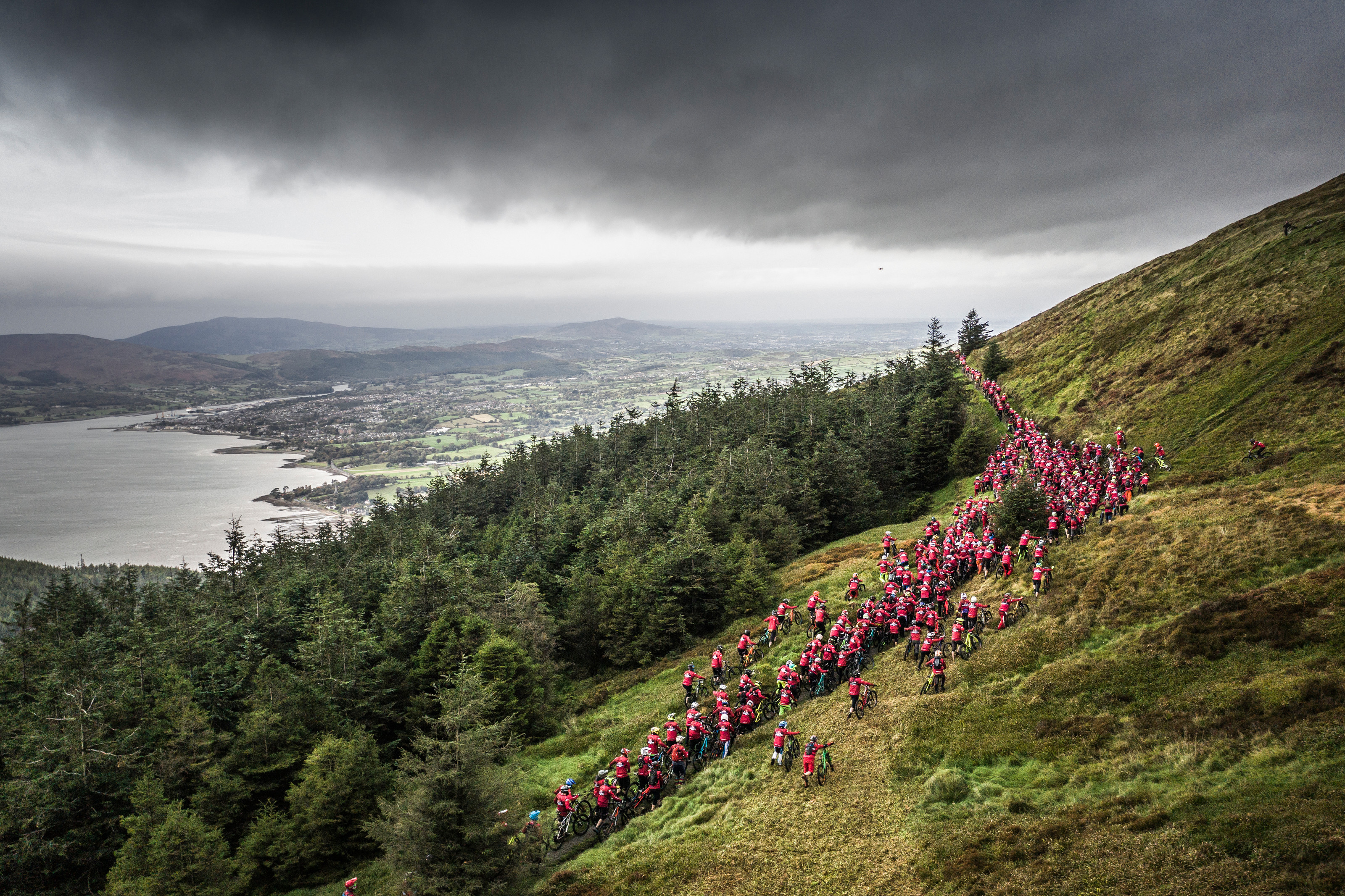Watch Gee, Loic, Greg Callaghan and Rob Warner take on Red Bull Foxhunt  carnage - MBR