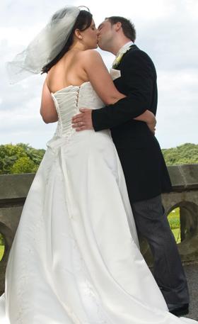 Wedding photography: capturing a kiss