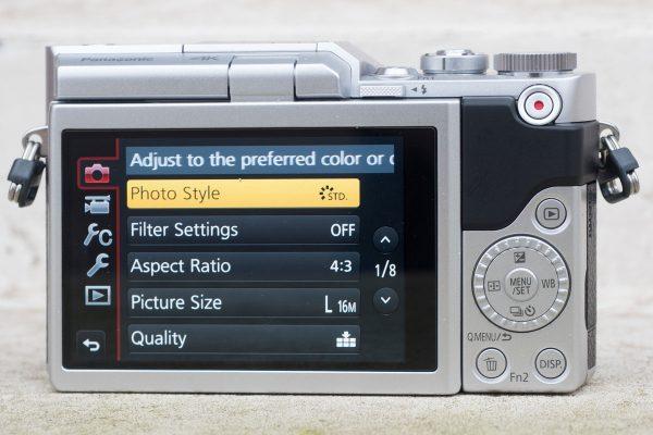 L'arrière n'a que quelques boutons et une seule molette de commande, plus un écran tactile