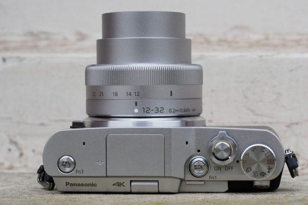 Sur la plaque supérieure, vous trouverez des boutons pour Panasonic 4K Photo et 4K Post Focus