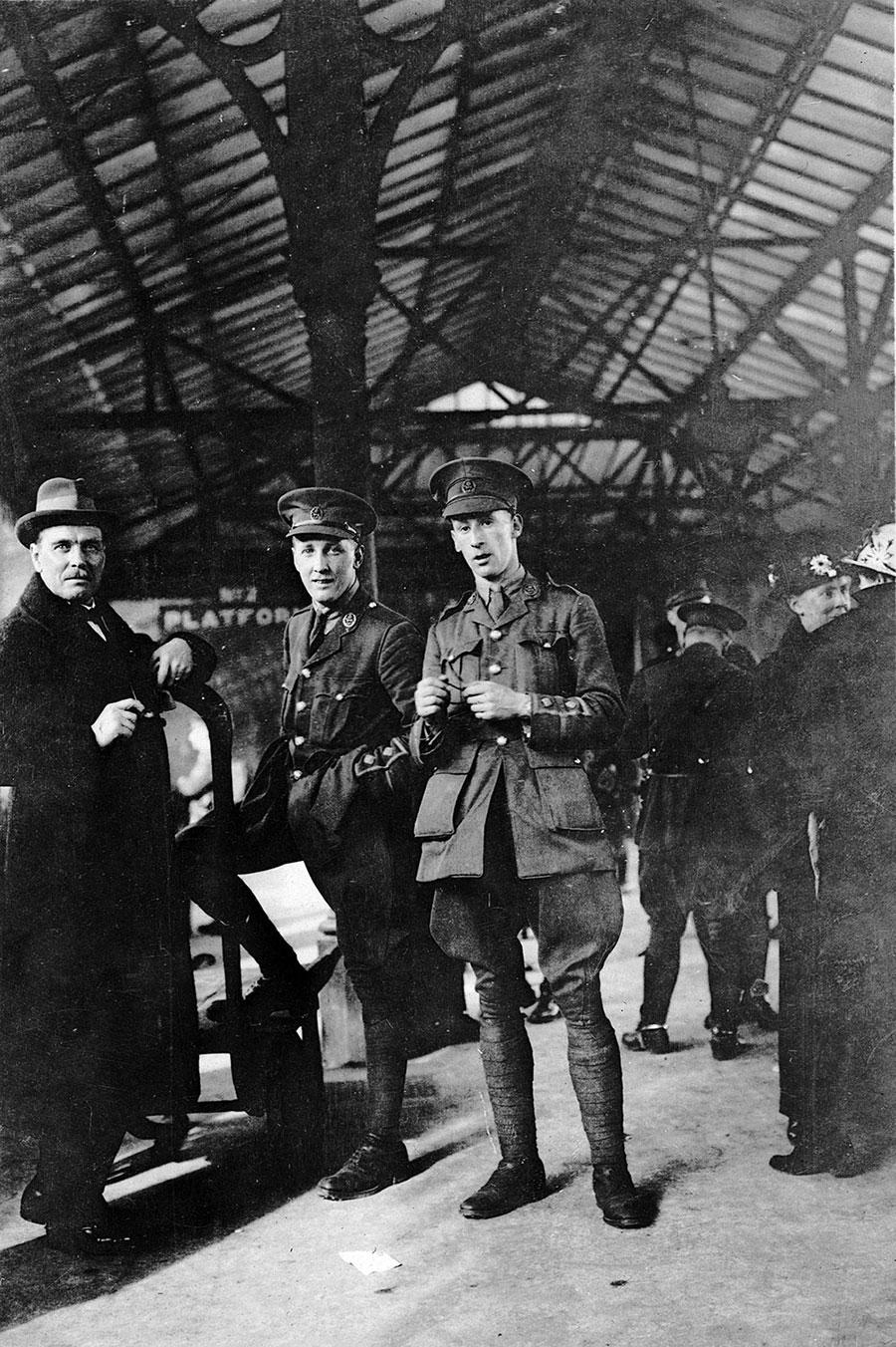 Лейтенант Гарри Колвер позирует с Альфредом Карром, 1915 год