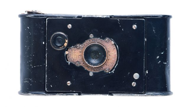 Vest Pocket Kodak - вид спереди на фотокамеру времён Первой мировой войны