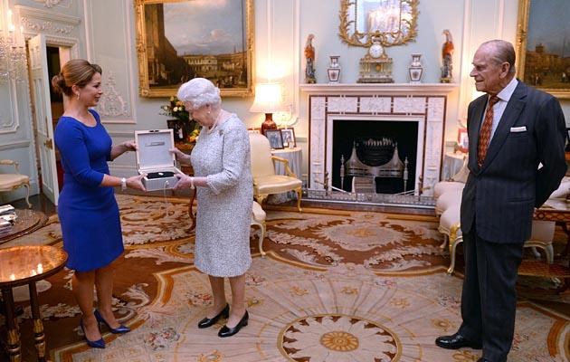 Queen receives equestrian award