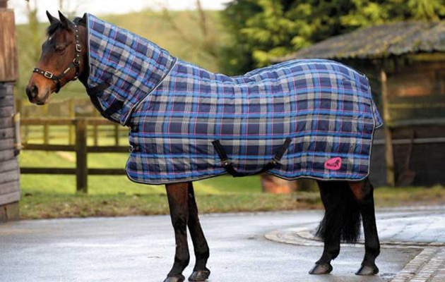 The Quiltmasta 350 Features A Fixed Neck Cover Check Pattern And Channel Quilted Design Rug Has 350g Of Filling 210 Denier Polyester Outer With