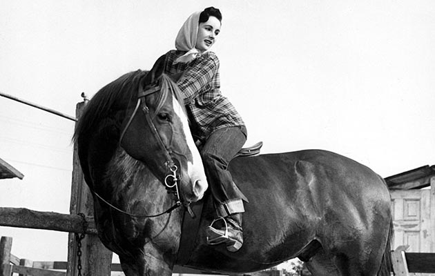 HD1G4J Elizabeth Taylor at home with her horse King Charles who played Pi in NATIONAL VELVET, 1947