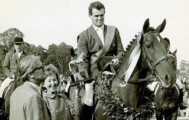 Apresentação do Jumping Derby.  Harvey Smith em Mattie Brown.  Apresentação pela Sra. John Wilson, assistida pelo Sr. John Wilson.  Usado em 21/08/70.
