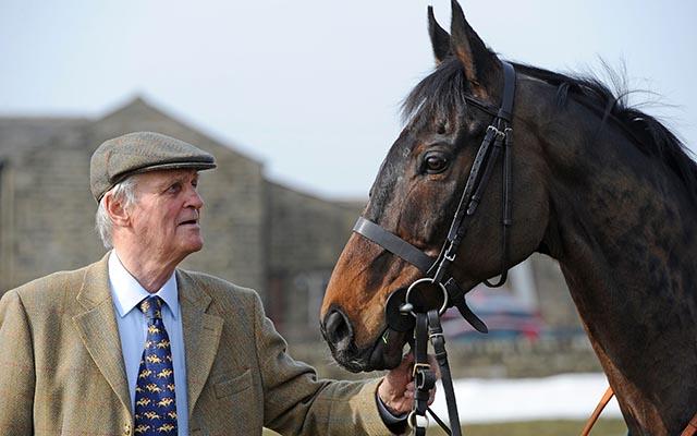 Auroras Encore com o treinador vencedor Harvey Smith durante o photocall dos vencedores em Craiglands Farm, Bingley.