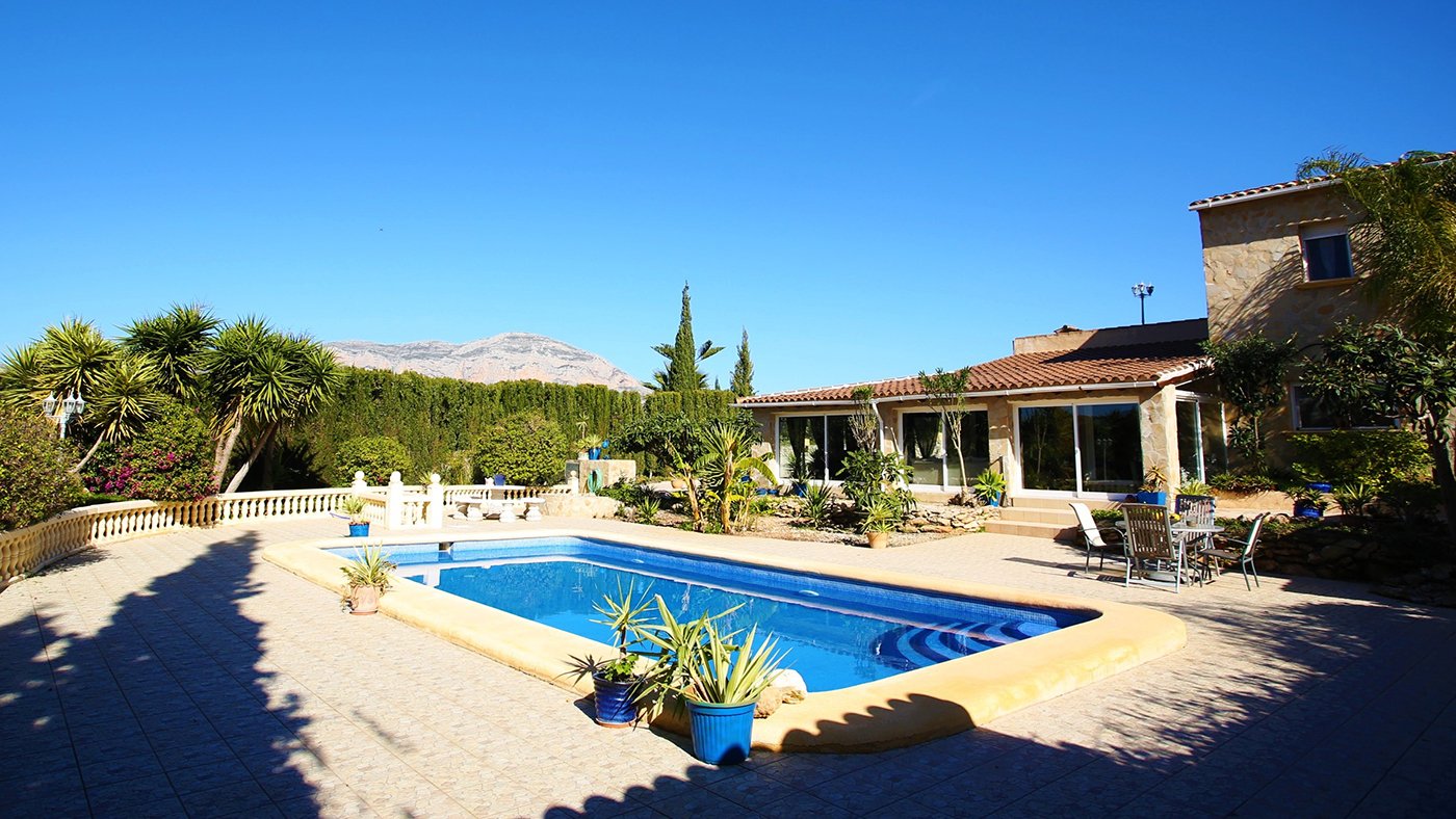 Fancy Life In The Sunshine Check Out This Villa With Stables And A Pool For Under 500k Horse Hound