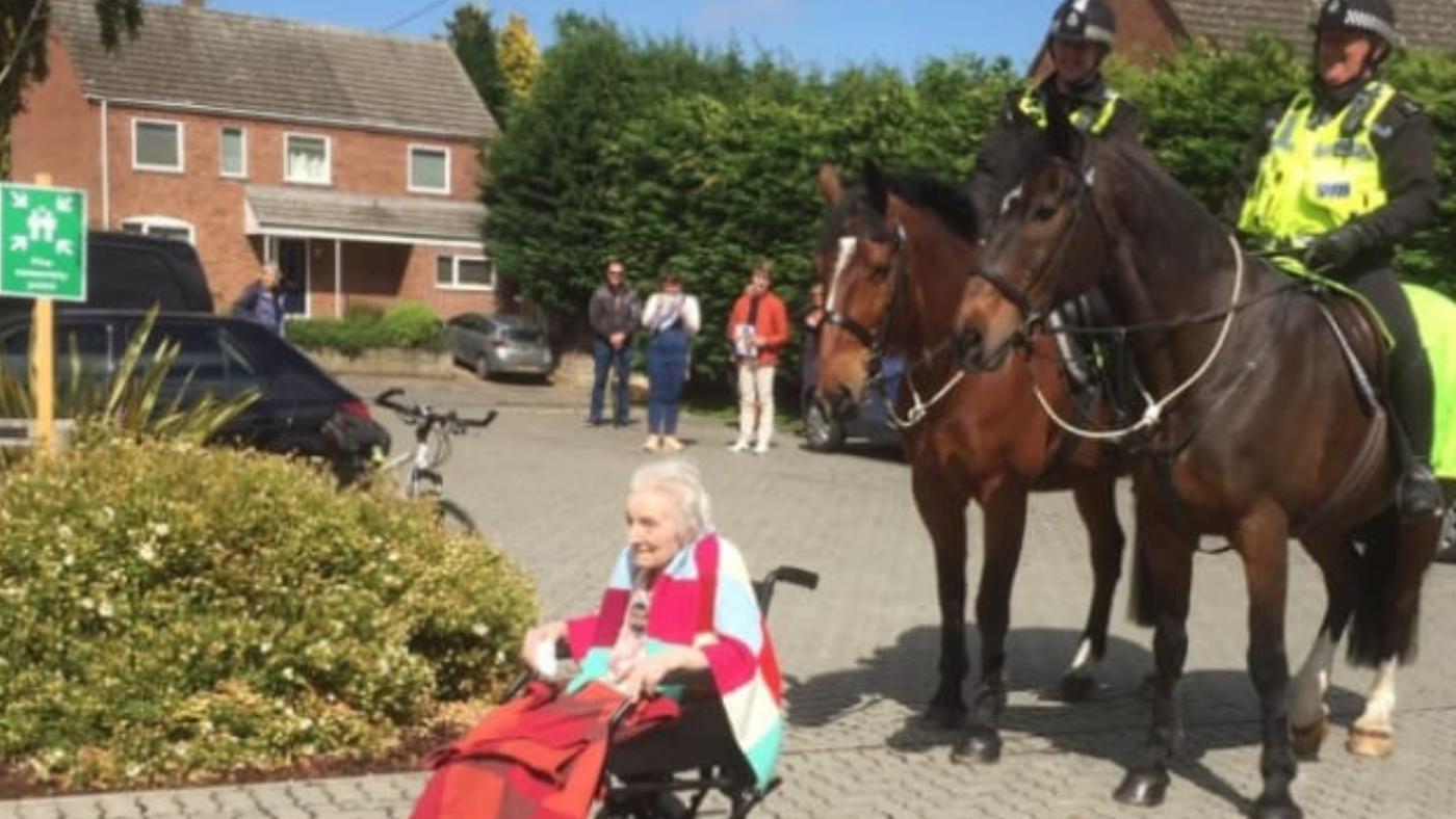Cavalos da polícia ajudam a comemorar o aniversário de 104 anos da mulher 1