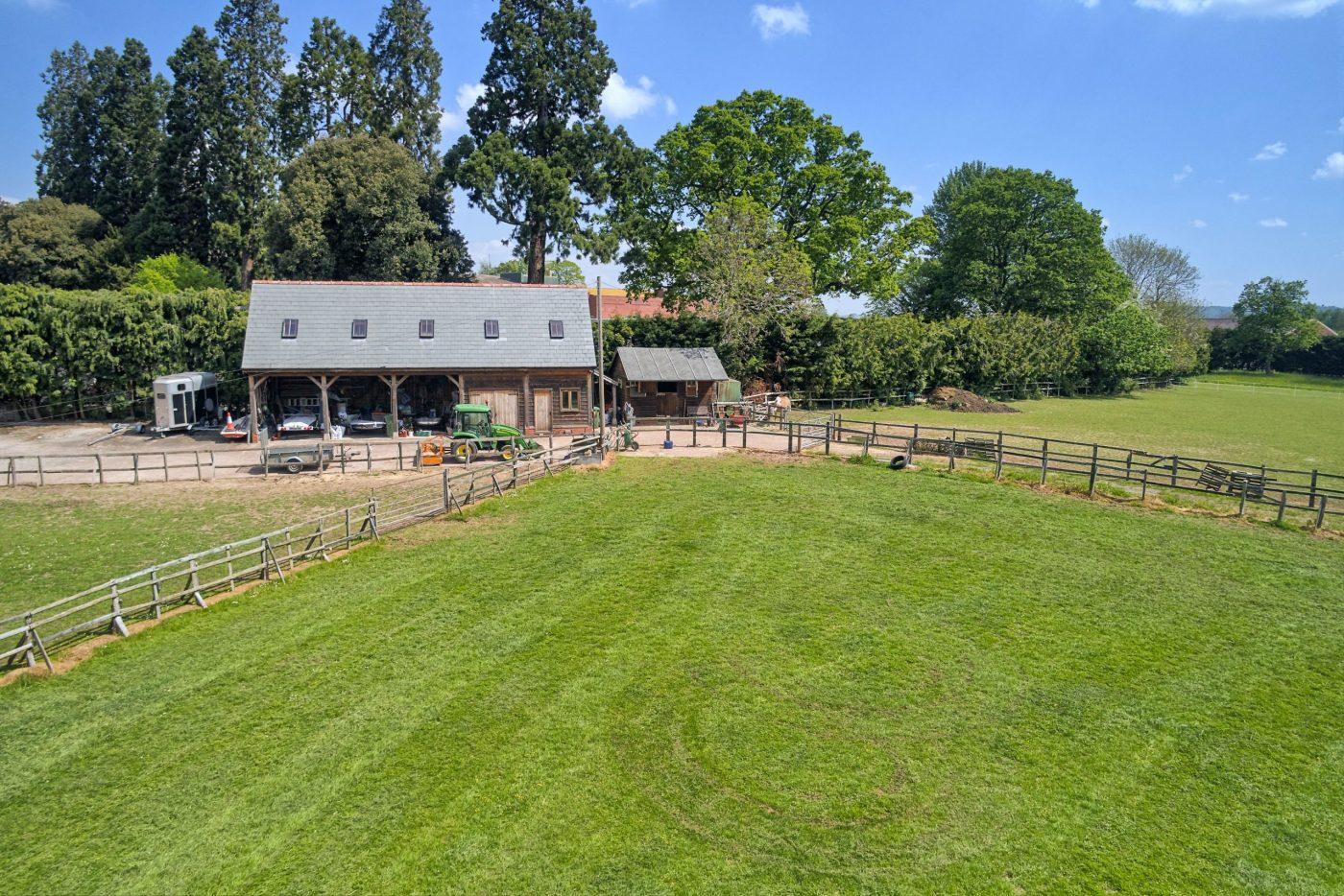 Você gostaria de se mudar para esta propriedade de cinco quartos com estábulos, nove hectares, piscina coberta e anexo? 3