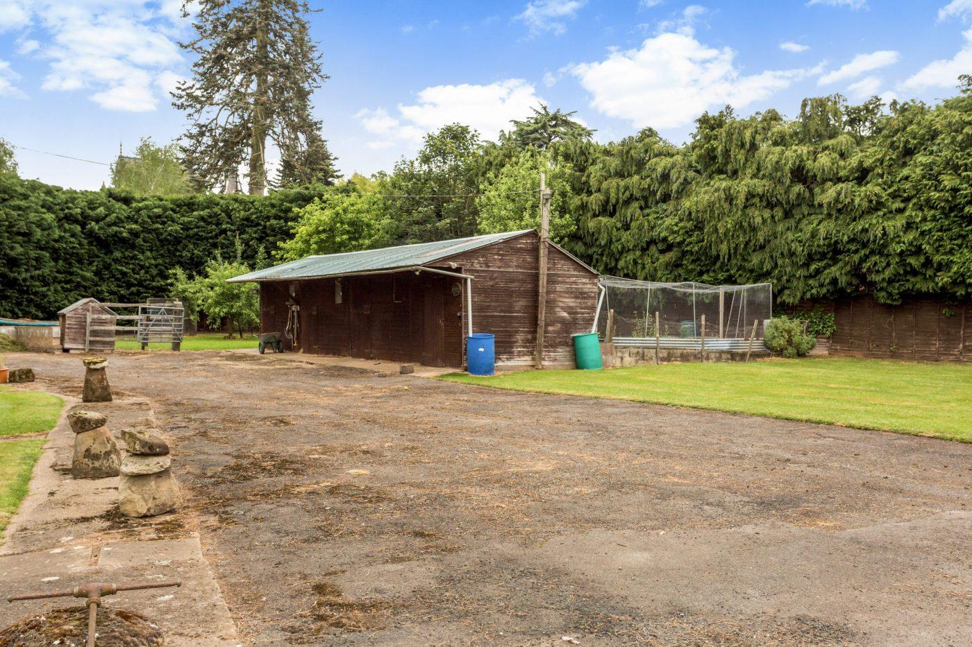 Você gostaria de se mudar para esta propriedade de cinco quartos com estábulos, nove hectares, piscina coberta e anexo? 2