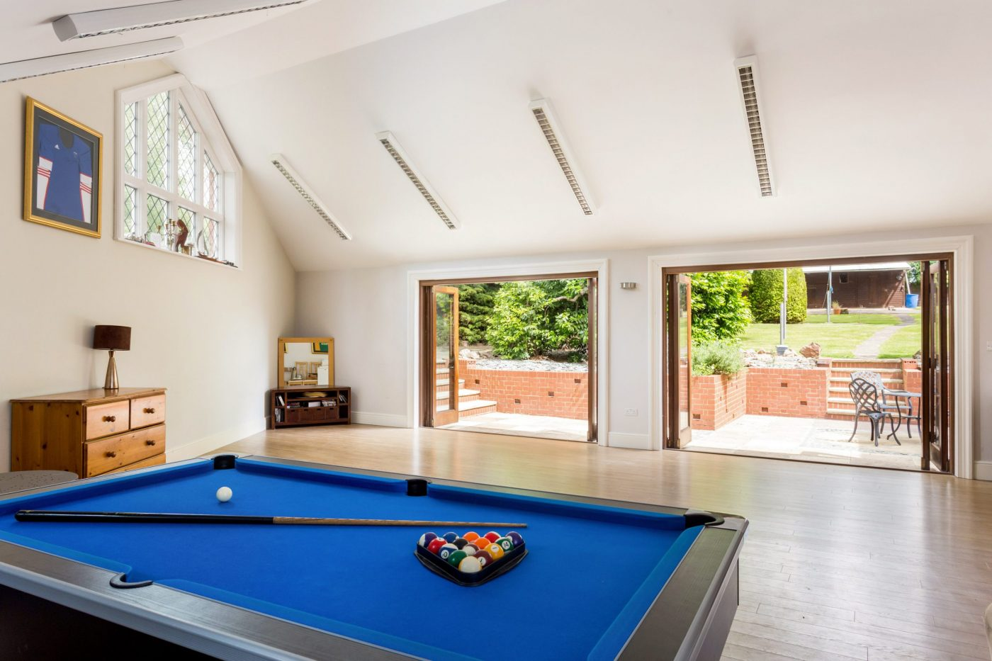Você gostaria de se mudar para esta propriedade de cinco quartos com estábulos, nove hectares, piscina coberta e anexo? 6