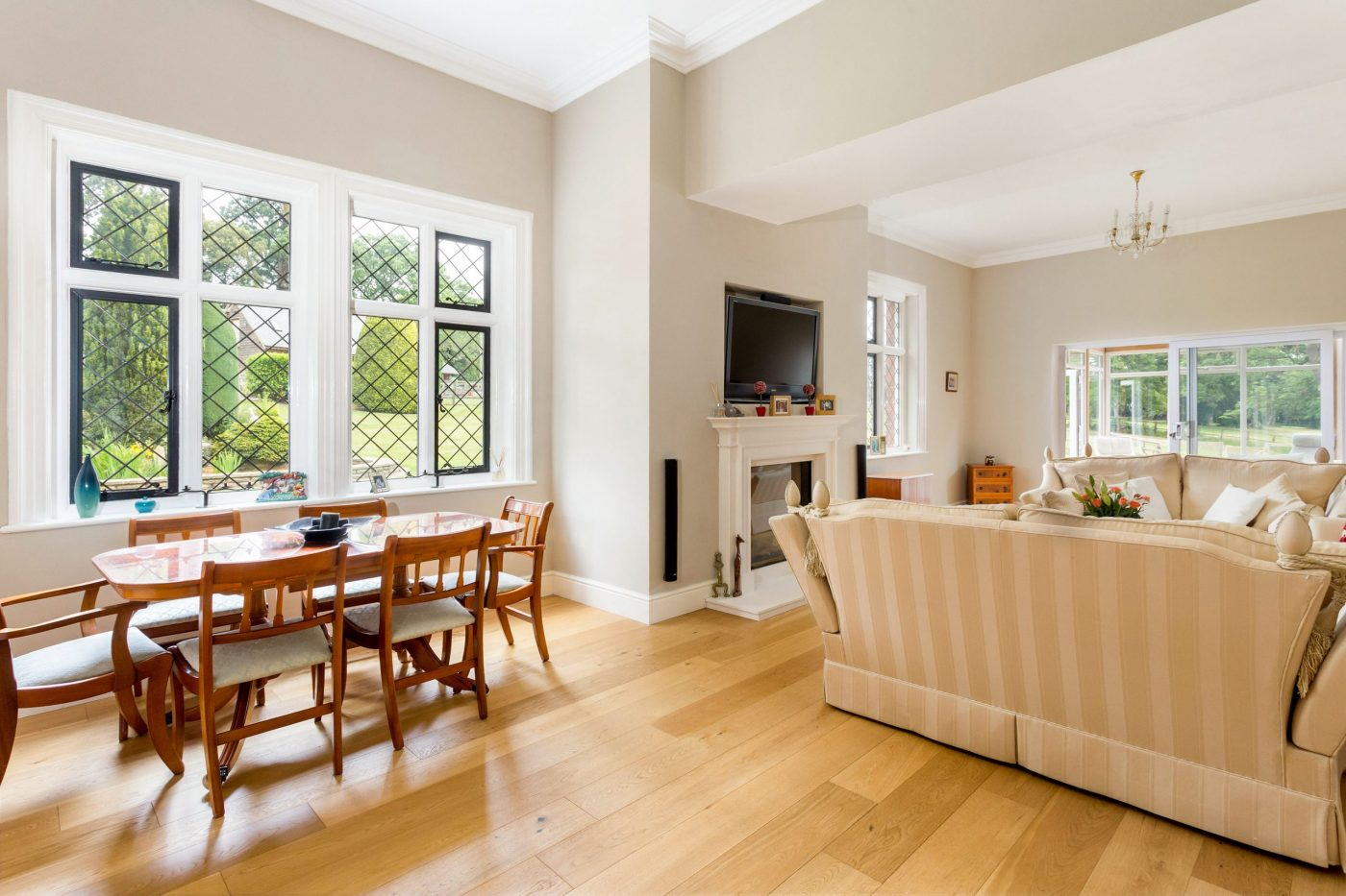 Você gostaria de se mudar para esta propriedade de cinco quartos com estábulos, nove hectares, piscina coberta e anexo? 5