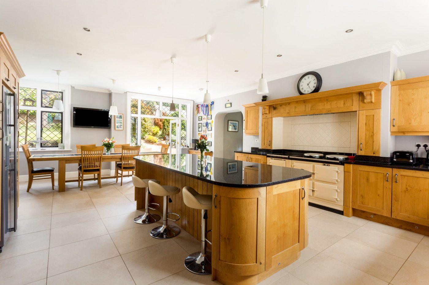 Você gostaria de se mudar para esta propriedade de cinco quartos com estábulos, nove hectares, piscina coberta e anexo? 4