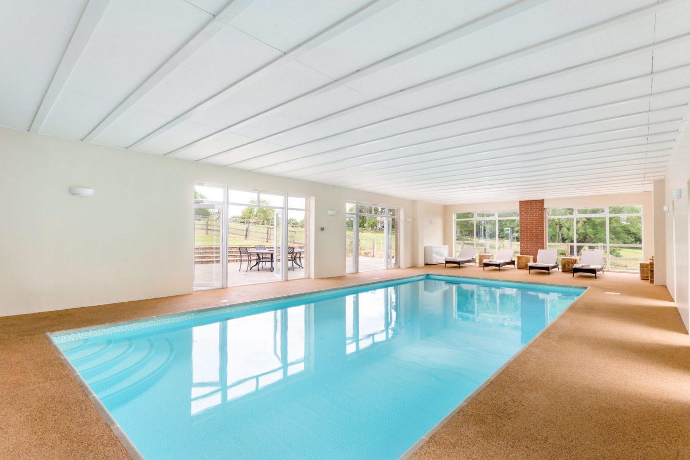 Você gostaria de se mudar para esta propriedade de cinco quartos com estábulos, nove hectares, piscina coberta e anexo? 7