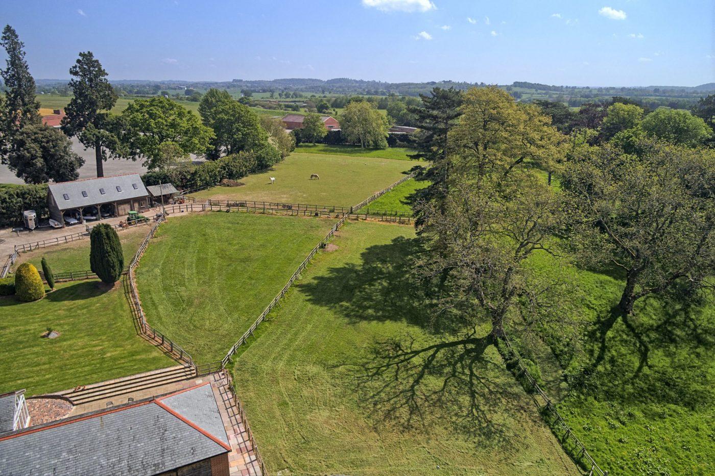Você gostaria de se mudar para esta propriedade de cinco quartos com estábulos, nove hectares, piscina coberta e anexo? 1