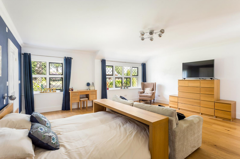 Você gostaria de se mudar para esta propriedade de cinco quartos com estábulos, nove hectares, piscina coberta e anexo? 9