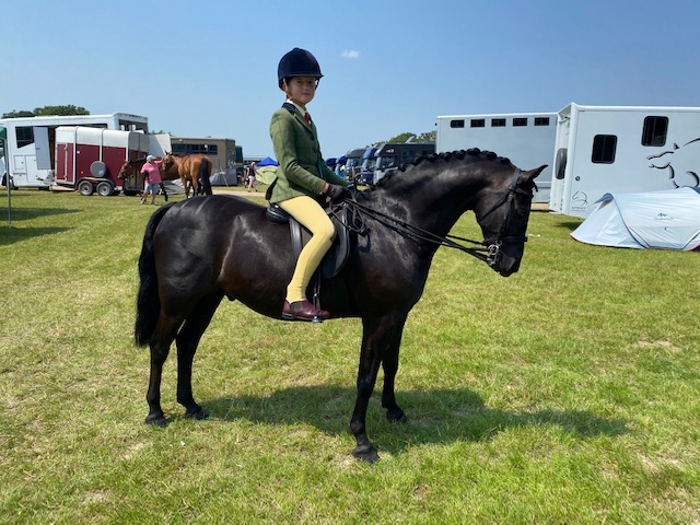 Kirsty Cohane qualifies show hunter pony Newoak Onyx for the Royal International on their first attempt