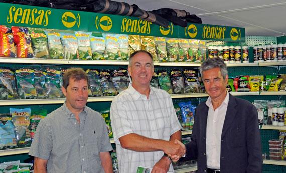 Big Al signs for Sensas. From right to left : Hugues Nello (CEO of Sensas SA), Alan Scotthorne, Jean Desqué.