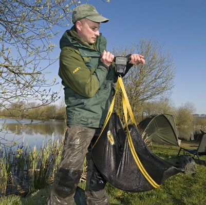 Colin Davidson, the popular Angler's Mail magazine carp guru, shows how it's done properly with a large catch. More than a few anglers, and you may know some, are not great at weighing fish... and I'm polite when I say that!