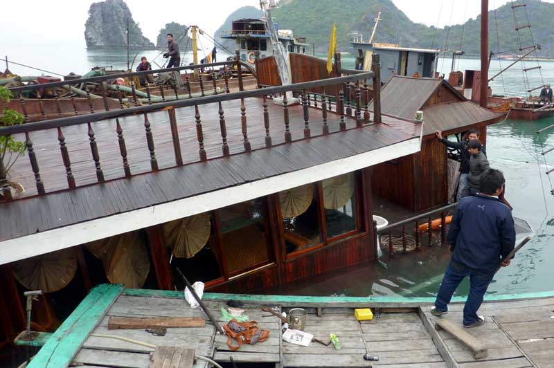 Vientamese tour boat sinks