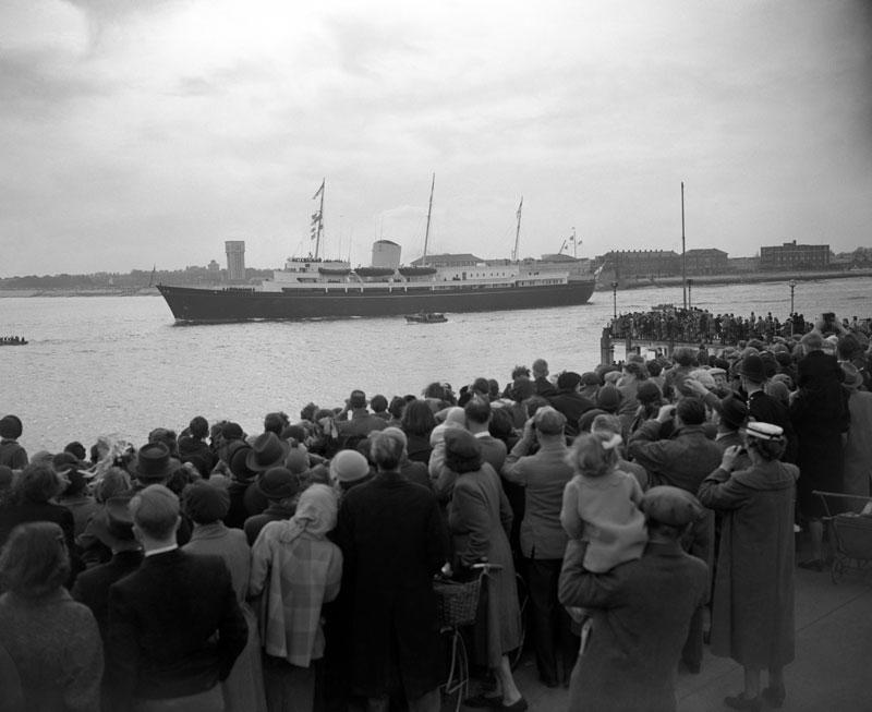 Crowd-watches-royal-yacht-britannia.jpg