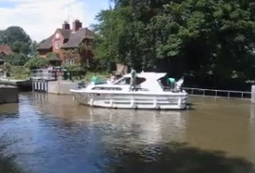 Boat-fail-video-how-not-to-enter-a-lock.jpg