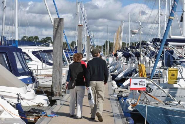 Ancasta - boat buyers browsing
