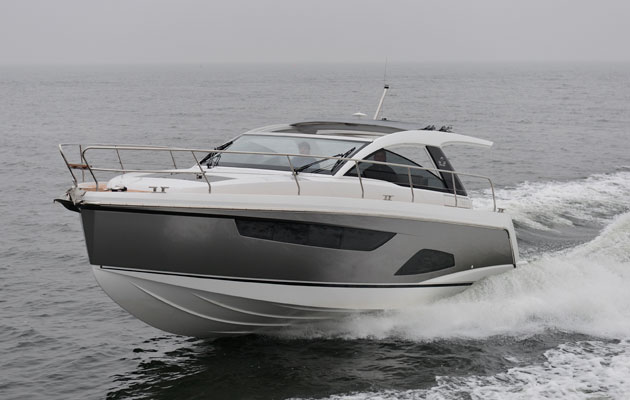Sealine S330 sea trial
