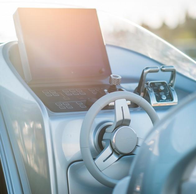 Mercedez Benz speedboat - helm station