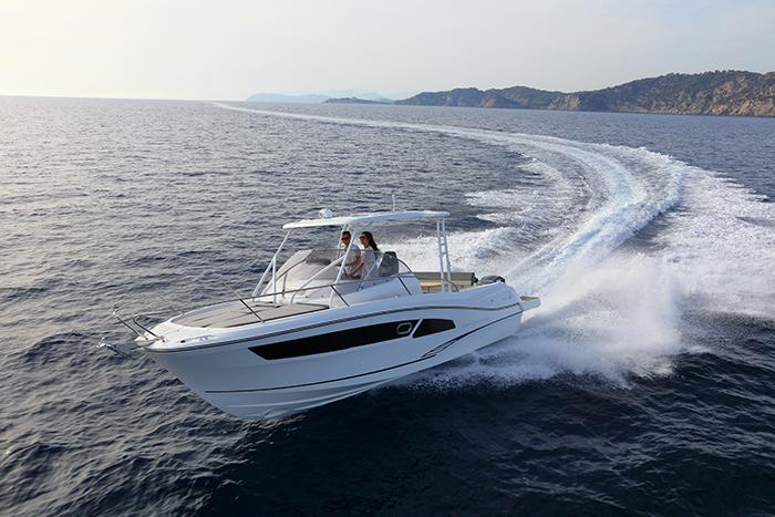 Janneau Cap-Camarat 9.0 WA on water