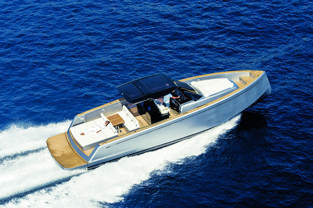 Pardo Yachts Pardo 43 on water