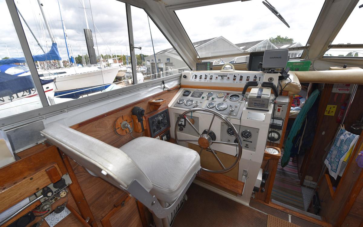 guide-des-acheteurs-d'occasion-starter-boat-under-20000-Princess-33-helm