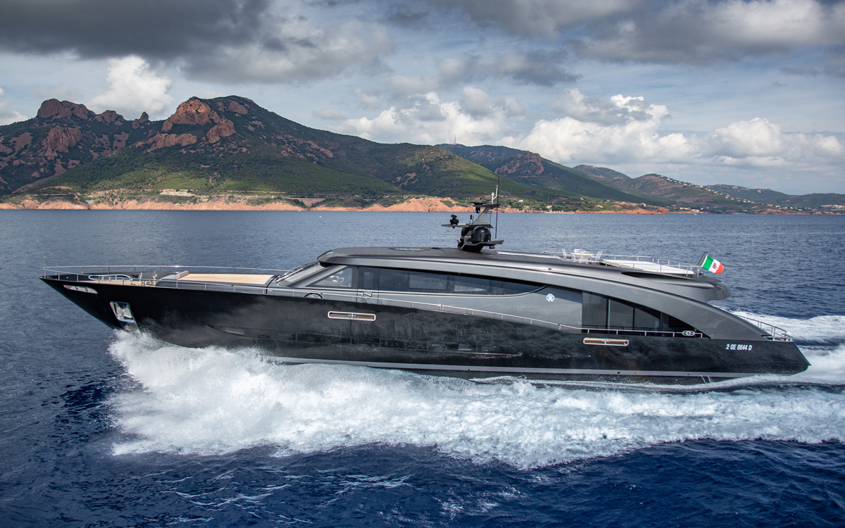 roberto-cavalli-yacht-freedom-side-view-credit-giovanni-malgarini