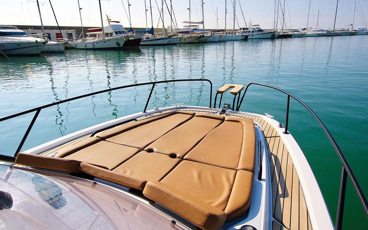 beneteau-flyer-8-sundeck-boat-test-foredeck