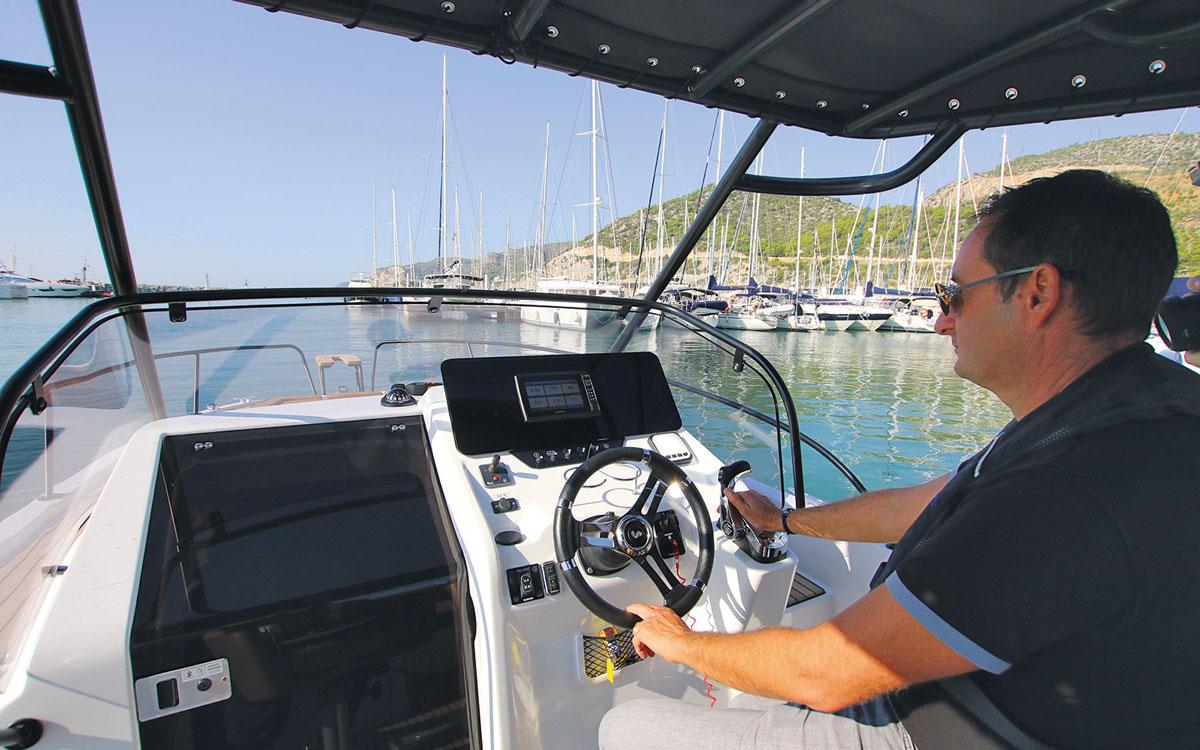 beneteau-flyer-8-sundeck-boat-test-helm