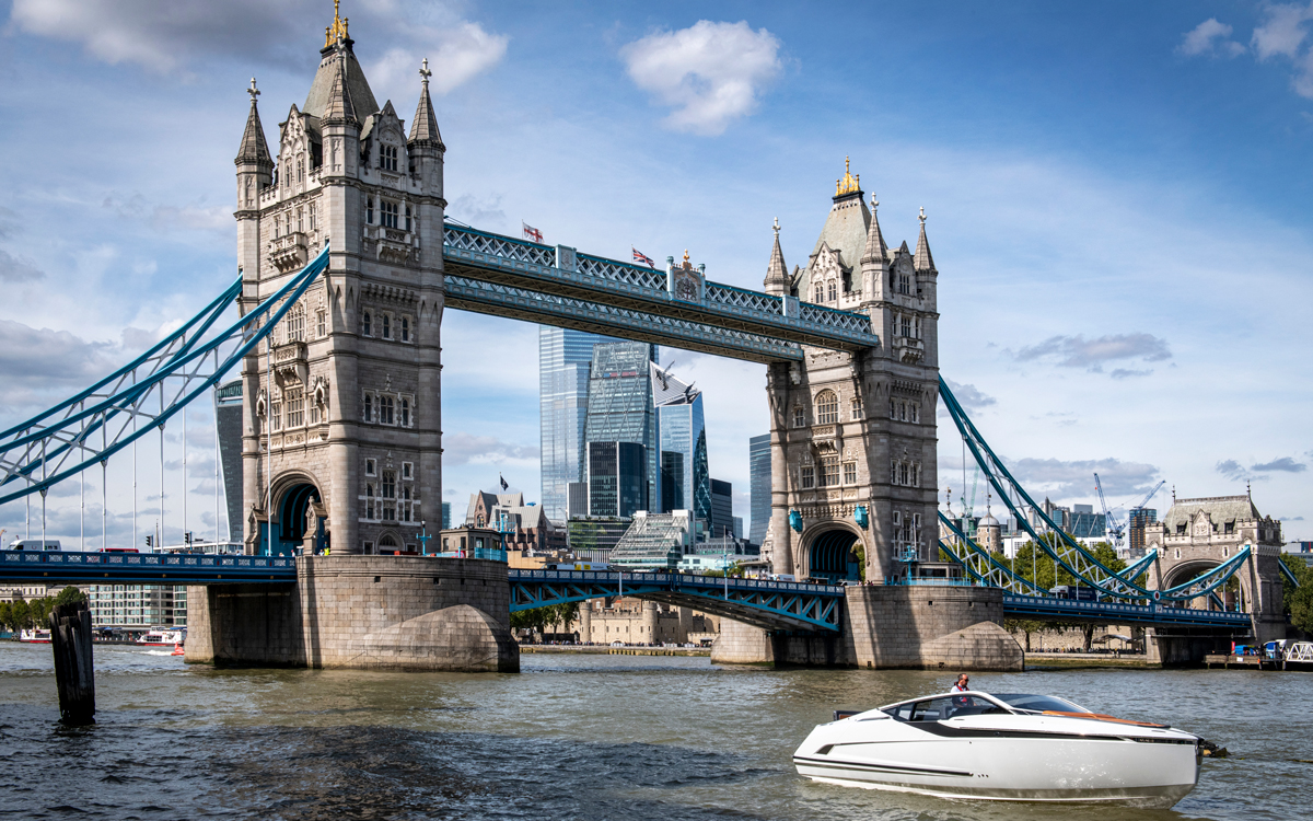 fairline-yachts-f-line-33-launch-tower-bridge
