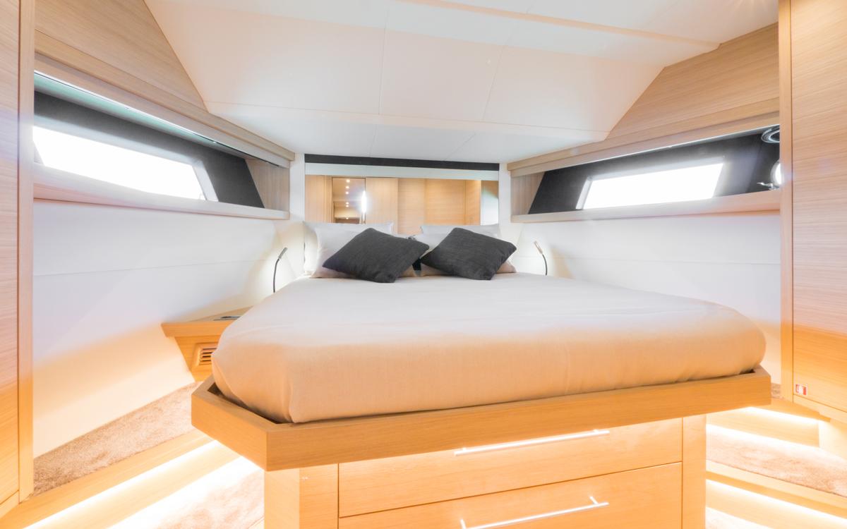 sundeck-550-yacht-test-VIP-cabin