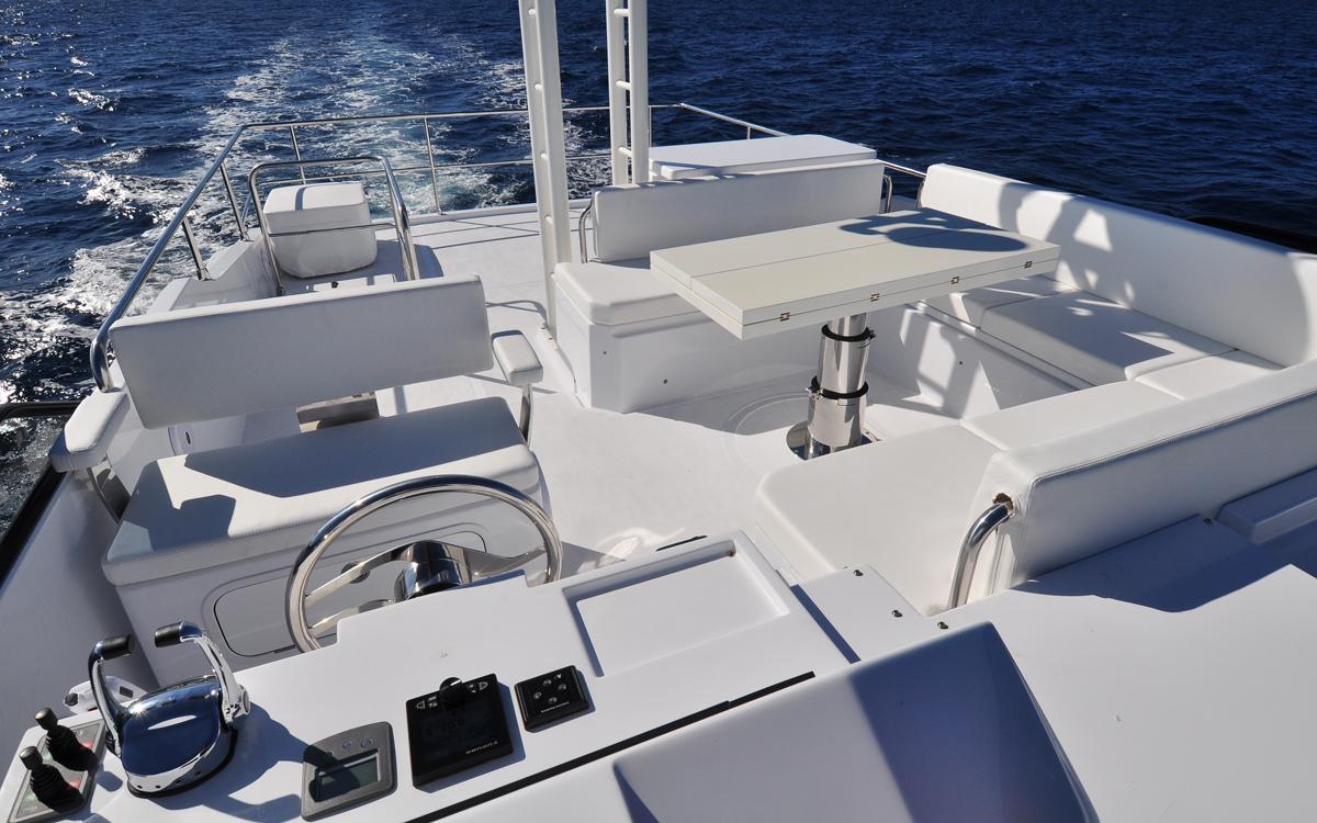 sundeck-550-yacht-test-flybridge