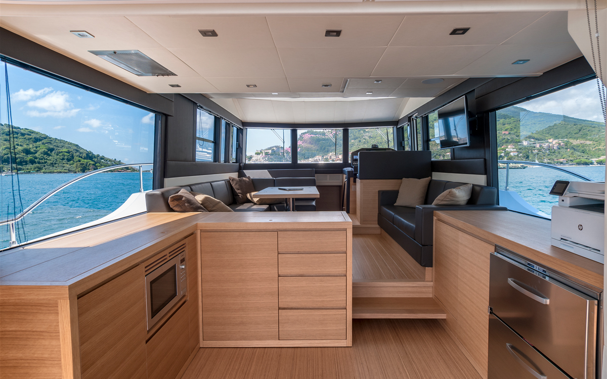 sundeck-550-yacht-test-saloon