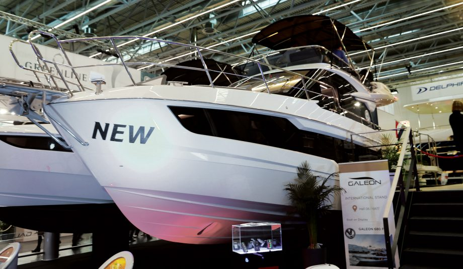 Galeon-400-Fly-new-yachts-dusseldorf-boat-show-2020-bow-view