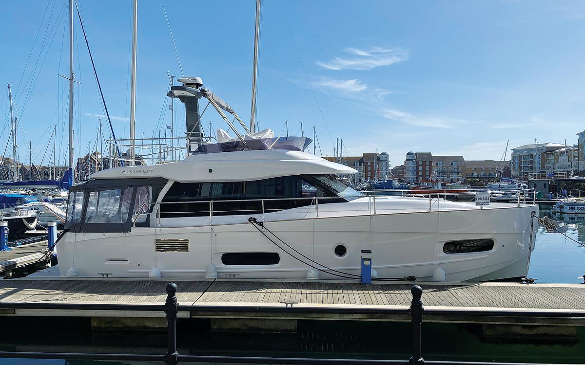 guide-acheteurs-de-bateaux-d'occasion-explorateur-yachts-Azimut-Magellano-43-exterieur