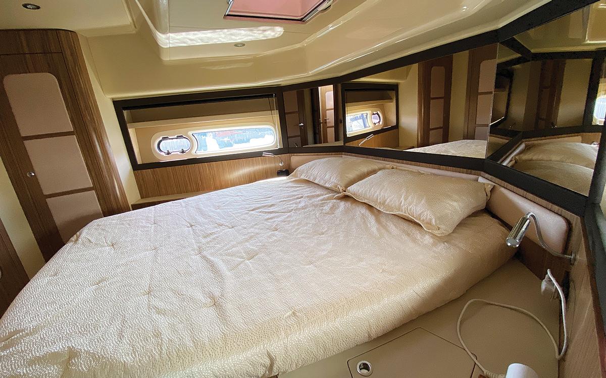 guide-acheteur-de-bateaux-d'occasion-explorateur-yachts-Azimut-Magellano-43-cabine-interieur