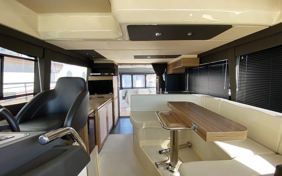 guide-acheteurs-de-bateaux-d'occasion-explorateur-yachts-Azimut-Magellano-43-helm-interieur