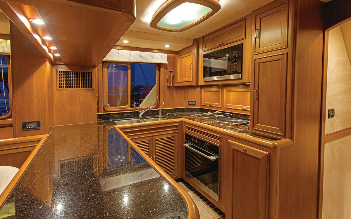 guide-acheteur-de-bateaux-d'occasion-explorer-yachts-Fleming-65-interior-galley