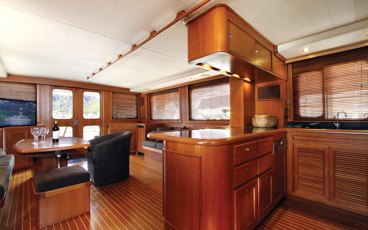 guide-d'acheteur-de-bateaux d'occasion-explorateur-yachts-Fleming-65-interior-saloon
