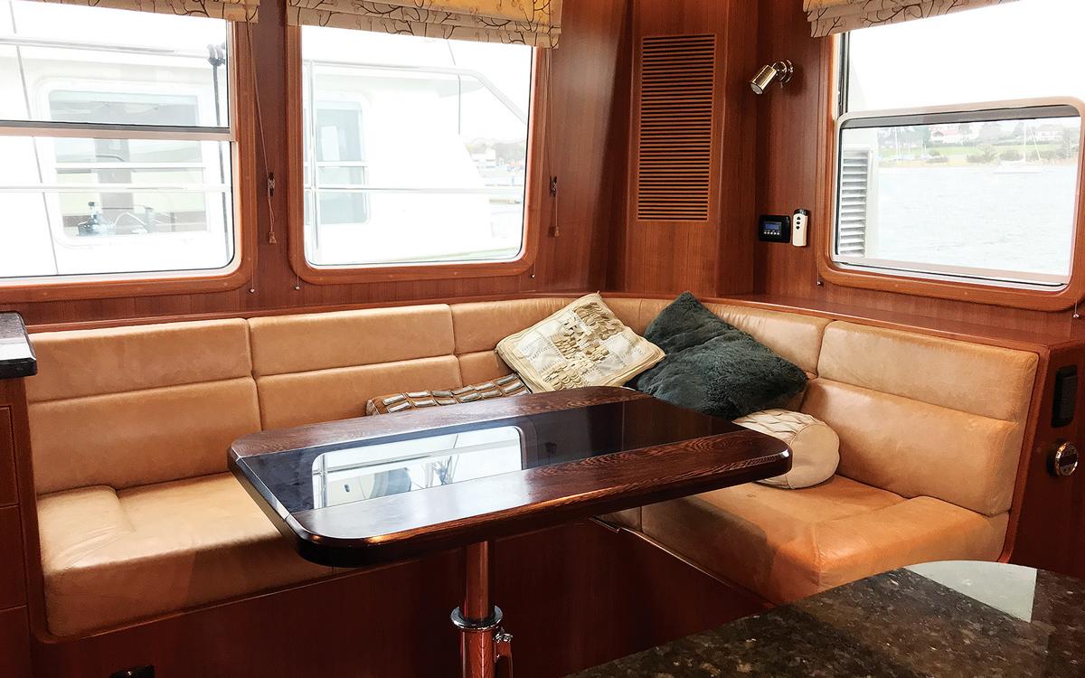 guide-acheteur-de-bateaux-d'occasion-explorateur-yachts-Nordhavn-43-interior-saloon