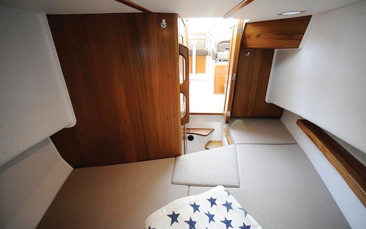 guide-acheteurs-de-bateaux-d'occasion-explorateur-yachts-Sargo-25-interior-cabin