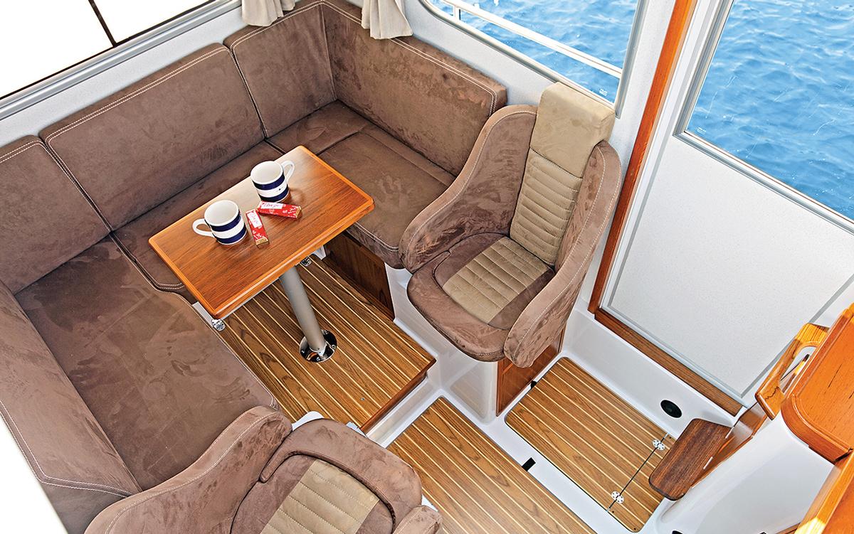 guide-acheteurs-de-bateaux-d'occasion-explorateur-yachts-Sargo-25-timonerie-intérieure